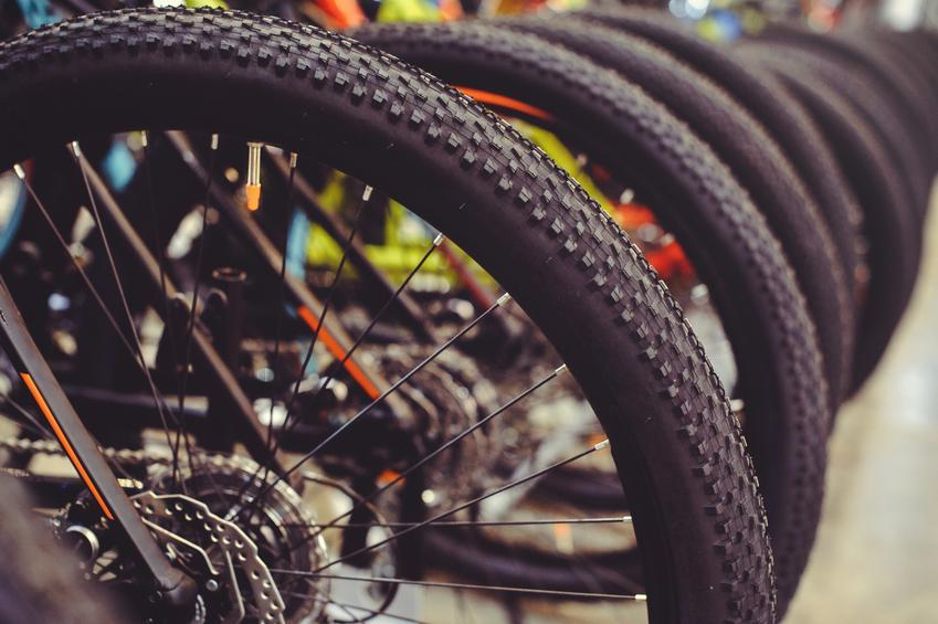 Średni koszt wymiany dętki lub opony rowerowej. Koło montowane na śruby lub zacisk.