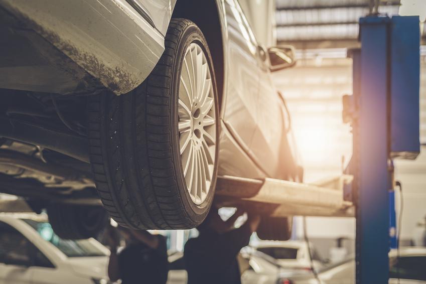Średnia cena wymiany tulei wahacza w samochodzie osobowym. Normalny stopień skomplikowania prac. Mechanik z pośredniej półki cenowej.