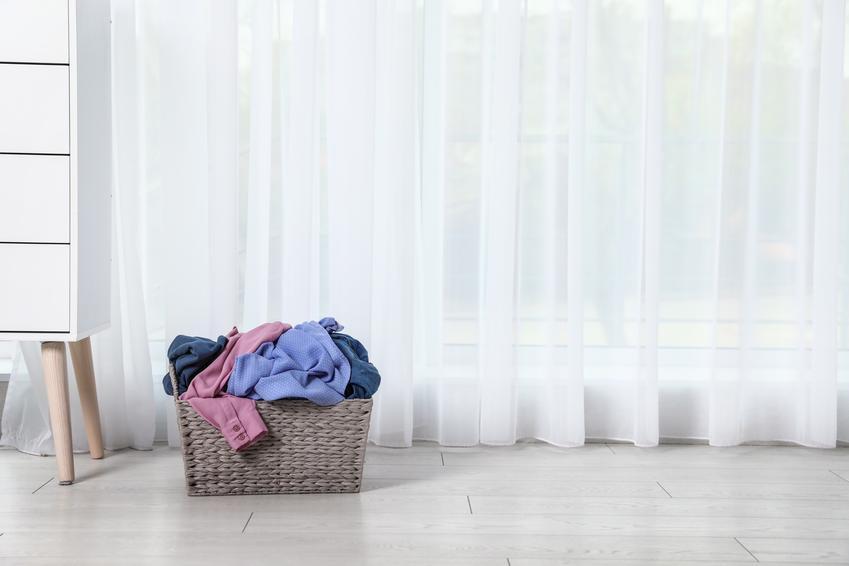 Średnia cena prania firan. Normalny stopień skomplikowania usługi. Cena pralni z pośredniej półki cenowej.