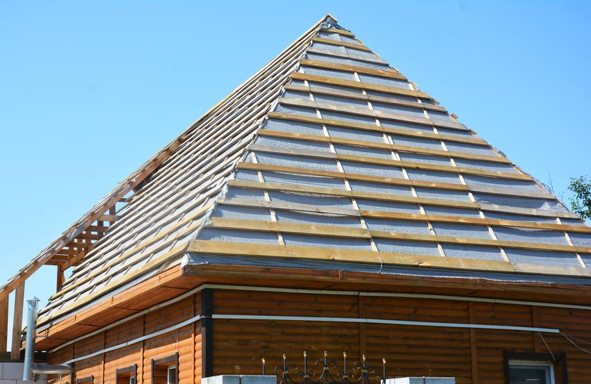 Montaż membrany dachowej na więźbie dwuspadowej. Normalny stopień skomplikowania prac. Usługi wykonywane w standardzie pśrednim.