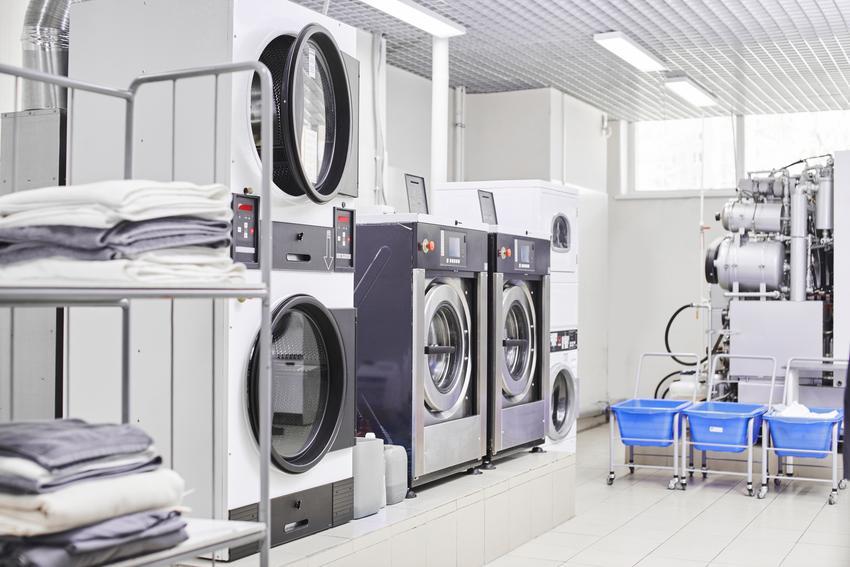 Średnia cena prania kożuchów. Produkt krótki, normalne zabrudzenia użytkowe. Stawka pralni z pośredniej póki cenowej.