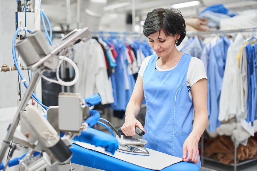 Średnia cena prania spódnicy typu midi. Normalne zabrudzenia użytkowe. Stawka pralni z pośredniej półki cenowej.