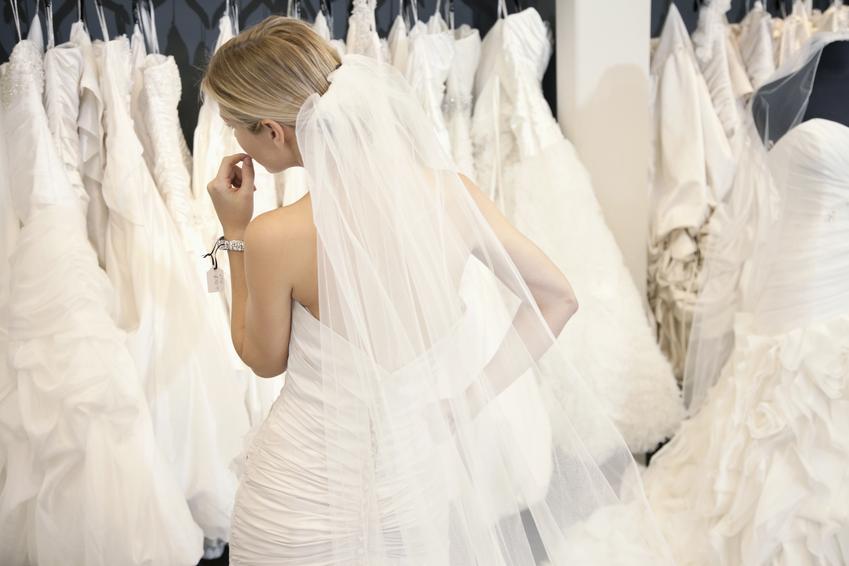 Średnia cena prania sukni ślubnej. Suknia długa, normalny stopień zabrudzeń. Stawka pralni z pośredniej półki cenowej.