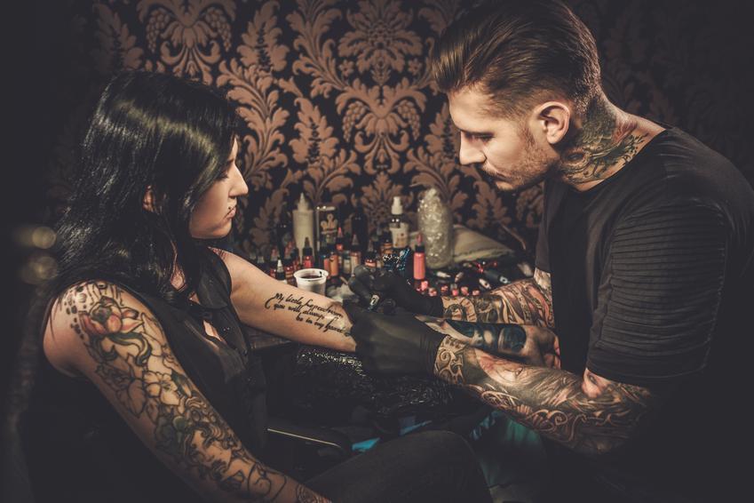 Średnia cena wykonania tatuażu cieniowanego lub kolorowego o rozmiarze do 5 x 5 cm. Normalny stopień skomplikowania wzoru. Studio tatuażu z pośredniej półki cenowej.