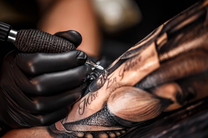 Średnia cena wykonania napisu. Długość około 10 cm. Prosty wzór, normalny stopień skomplikowania. Studio tatuażu z pośredniej póki cenowej.