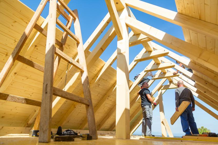 Montaż tradycyjnego poszycia z papy na deskowaniu. Prace wykonywany na dachu dwuspadowym bez dodatkowych lukarn. Koszt robocizny bez zakupu materiałów.