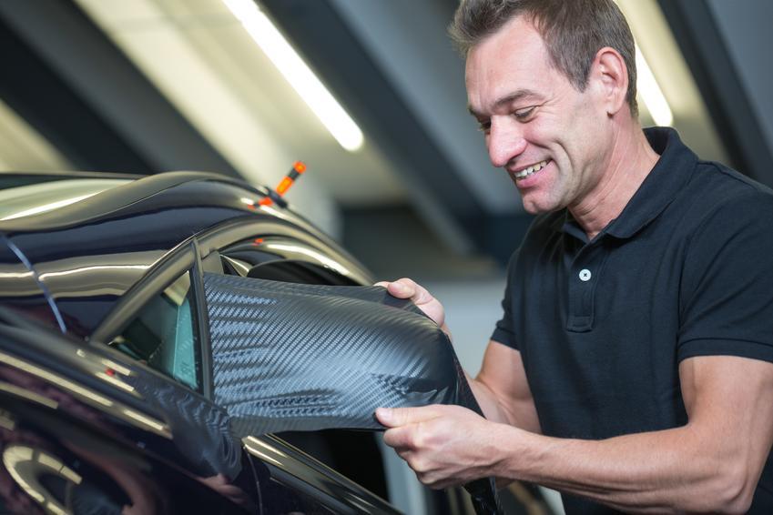 Średnia cena oklejania całego samochodu folią karbonową. Stawka za mały samochód osobowy z segmentu A. Normalny stopień skomplikowania prac, dobrej jakości materiał.