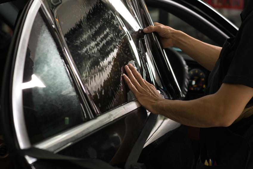 Średni koszt przyciemnienia szyb w pięciodrzwiowym aucie typu Hatchback. Dobrej jakości folia, wykonawca z pośredniej półki cenowej.