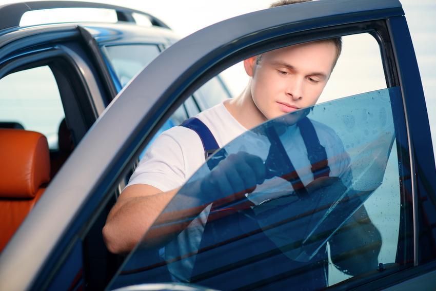Średni koszt przyciemniania szyb w niewielkim aucie typu sedan. Normalny stopień skomplikowania prac, dobrej jakości folia i wykonawca z pośredniej półki cenowej. Stawka obejmuje oklejanie szyb tylnych bocznych oraz szyby tylnej.