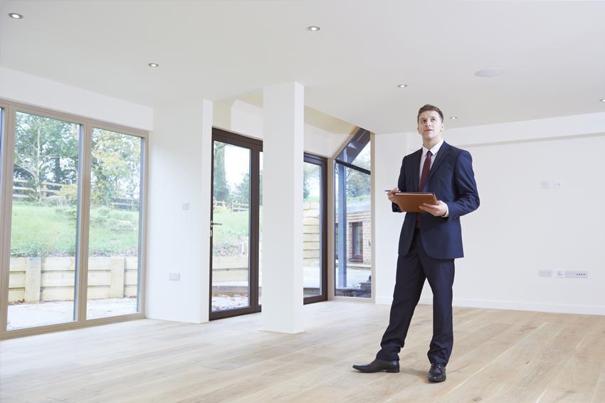 Średni koszt wyceny domu jednorodzinnego. Nrmalny stopień usługi, rzeczoznawca z pośredniej półki cenowej. Typowy dom jednorodzinny.