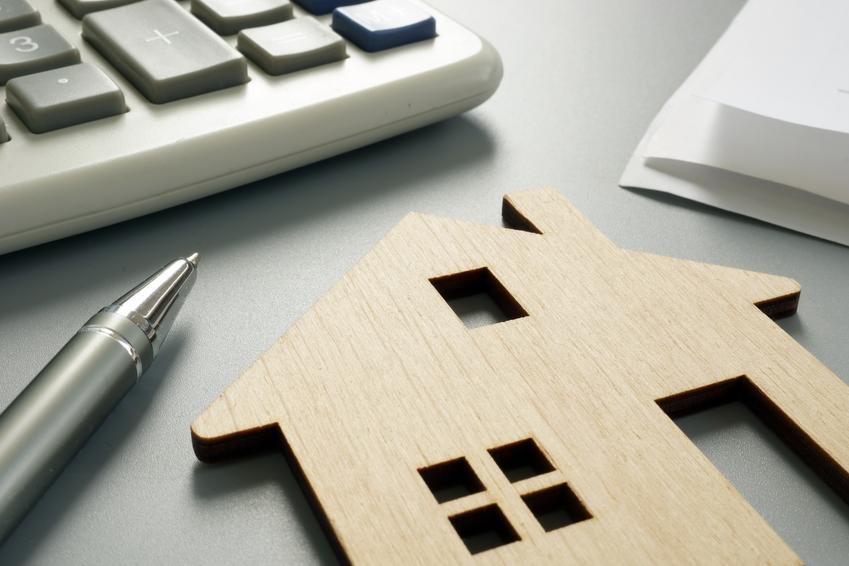 Średni koszt wyceny domu wielorodzinnego bez posesji. Normalny stopień skomplikowania usługi, rzeczoznawca z pośredniej półki cenowej.