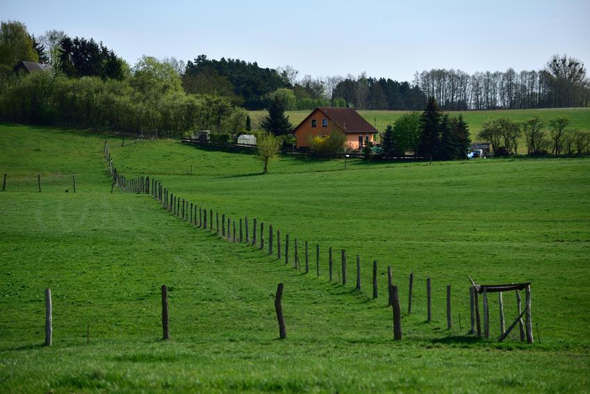 Średni koszt wyceny gospodarstwa rolnego. Stawka obejmuje wycenę gruntów rolnych, działki oraz przynależących do niej zabudowań. Normalny stopień skomplikowania usługi, rzeczoznawca z pośredniej półki cenowej.