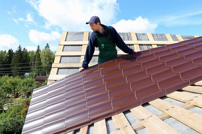 Montaż dachówki ceramicznej na dachu dwuspadowym. Cena obejmuje usługę dekarza z pośredniej półki cenowej. Koszt samej robocizny bez materiałów.