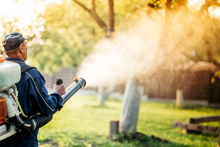 Średni koszt odkomarzania. Usługa neutralizacji komarów oraz kleszczy na powierzchni do 500 m2. Normalny stopień skomplikowania prac, dobrej jakości preparaty odkomarzające, wykonawca z pośredniej półki cenowej.