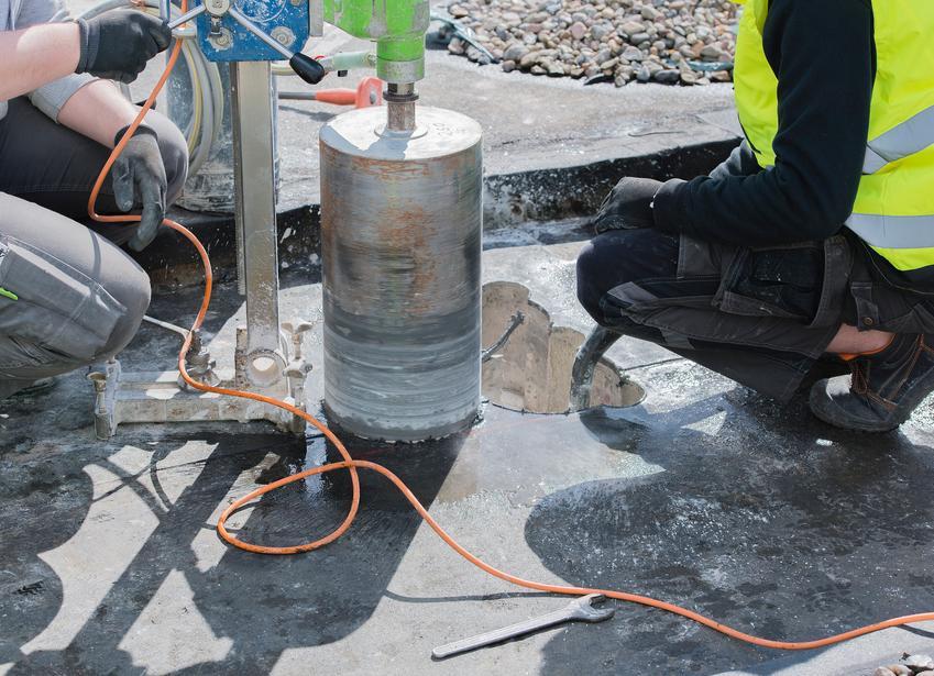 Średni koszt wiercenia otworów w betonie. Średnica otworu 450 mm, normalny stopień skomplikowania prac. Technika diamentowa, wykonawca z pośredniej półki cenowej. Cena za 1 cm głębokości przewiertu.