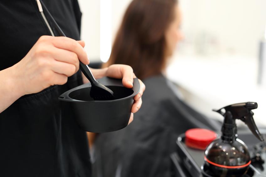 Średni koszt farbowania odrostów na włosach. Jeden kolor, dobrej jakości farba. Stawka salonu fryzjerskiego z pośredniej półki cenowej.