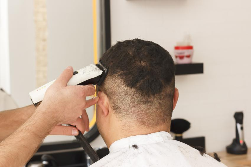 Średni koszt trzyżenia męskiego wykonanego maszynką. Jedna lub dwie długości strzyżenia, bez mycia głowy. Normalny stopień skomplikowania usługi, salon fryzjerski z pośredniej półki cenowej.