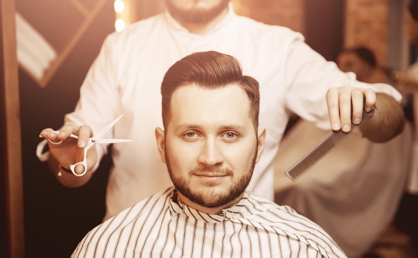 Średni koszt strzyżenia nożyczkami. Fryzura o normalnym stopniu skomplikowania wykonana na włosach krótkich. Cena strzyżenia wraz z modelowaniem. Mycie głowy dodatkowo płatne. Cena salonu z pośredniej półki cenowej.