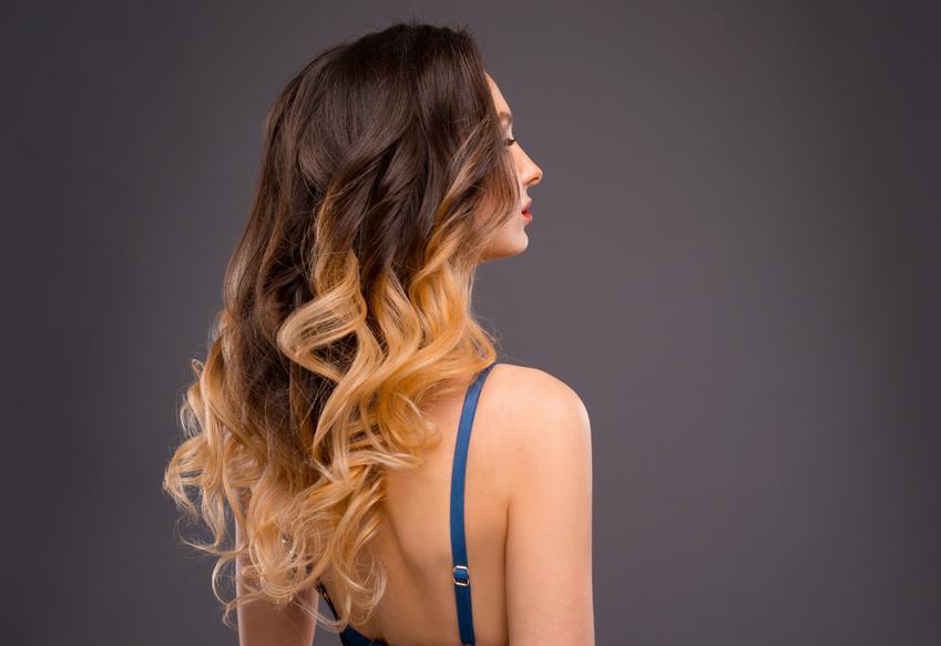 Średni koszt wykonania ombre, sombre na włosach średniej długości. Normalny stopień skomplikowania usługi, dobrej jakośi farba koloryzacyjna. Stawka salonu fryzjerskiego z pośredniej półki cenowej.
