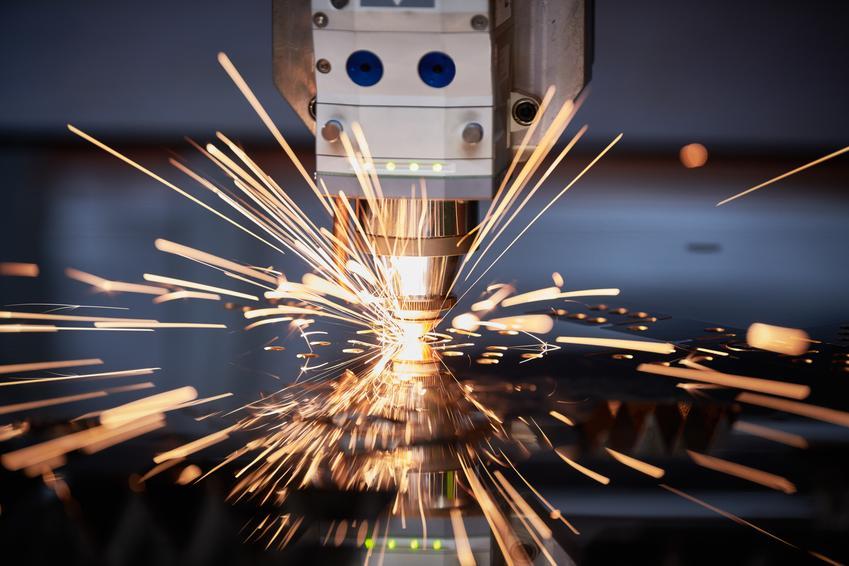 Uśredniona stawka cięcia laserowego stali czarnej. Materiał grubości 1 mm, normalny stopień skomplikowania usługi. Cena za metr bieżący cięcia, firma z pośredniej półki cenowej, dobra jakość wykonania usługi.