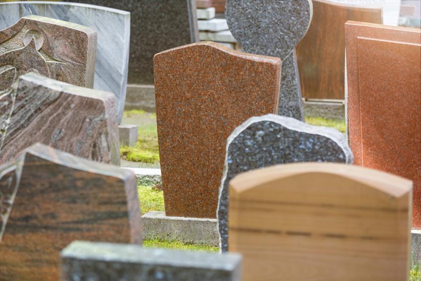 Średni koszt zakupu nagrobka granitowego. Dobra jakość wykonania, nagrobek pojedynczy o wymiarach okolo 190 x 90 cm. Normalna ilość zdobień, nowoczesny wygląd