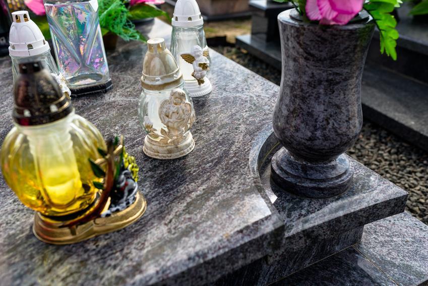 Średni koszt wykonania ozdobnego wazonu nagrobnego. Wazon wpisujący się w kształt prostokąta o wymiarach około 9 x 9 x 15 cm. Normalny stopień skomplikowania prac, zakład kamieniarski z pośredniej półki cenowej.