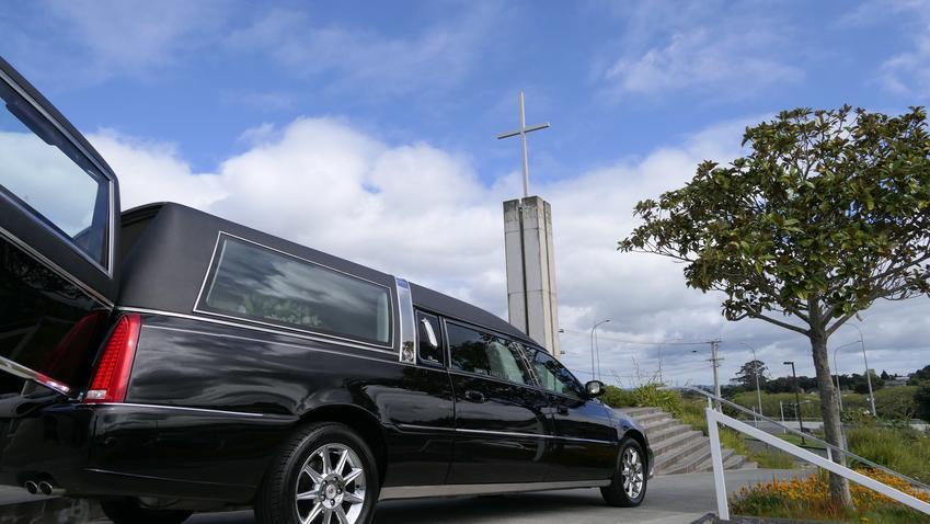 Średni koszt kompleksowej organizacji pogrzebu przez zakład pogrzebowy z pośredniej półki cenowej. W cenę usługi wchodzi wynajęcie karawanu, przewóz trumny, przenoszenie trumny, opuszczanie do grobu oraz zasypanie mogiły.