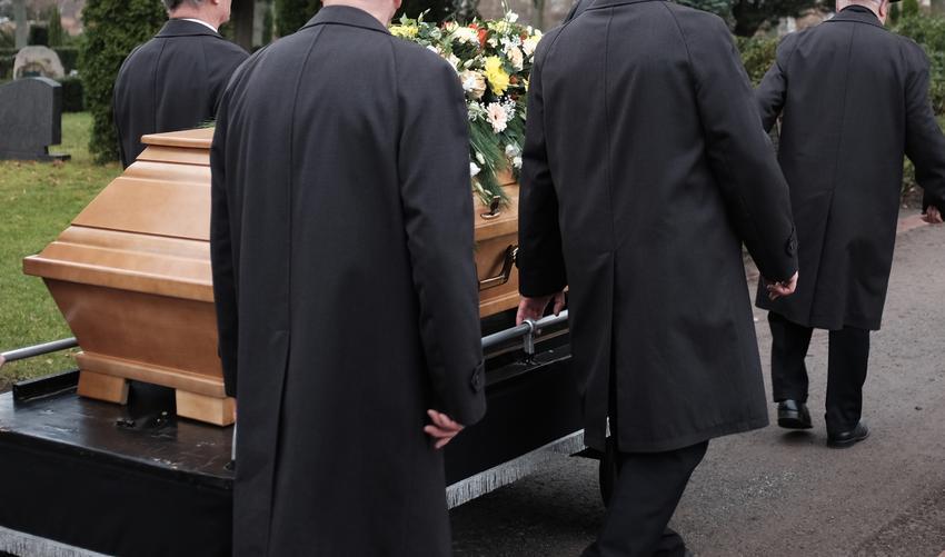 Średni koszt organizacji mszy pogrzebowej. Świadczenie organiozowane przez kościoły zwolnione z podatku VAT.