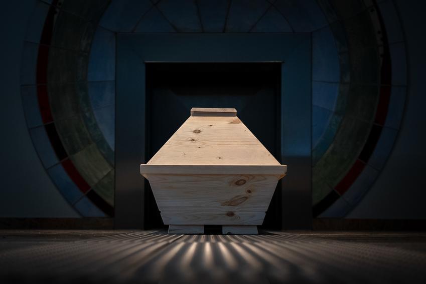 Średni koszt kremacji ciała. Usługa wykonana przez krematorium z pośredniej półki cenowej.
