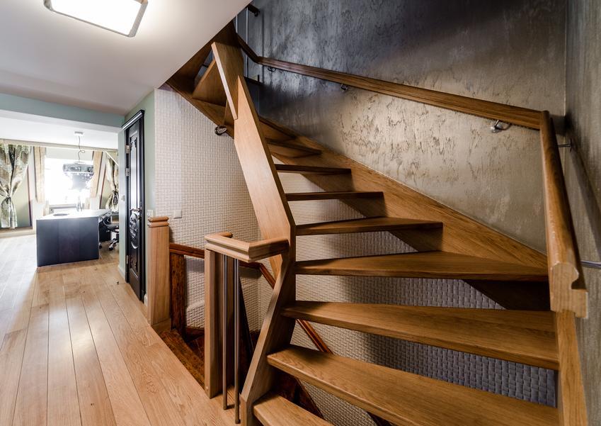 Schody wykonane z drewnianej klejonki lub miękkiego drewna. Prosta konstrukcja schodów nie obejmująca montazu poręczy