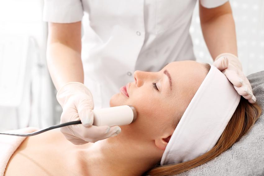 Średnia cena zabiegu laserem frakcyjnym ER: YAG 2940 nm + ND: YAG 1064. Zabieg wykonany w celu rewitalizacji skóry twarzy i szyi. Pomocny w zwalczeniu zmarszczek i blizn skórnych.