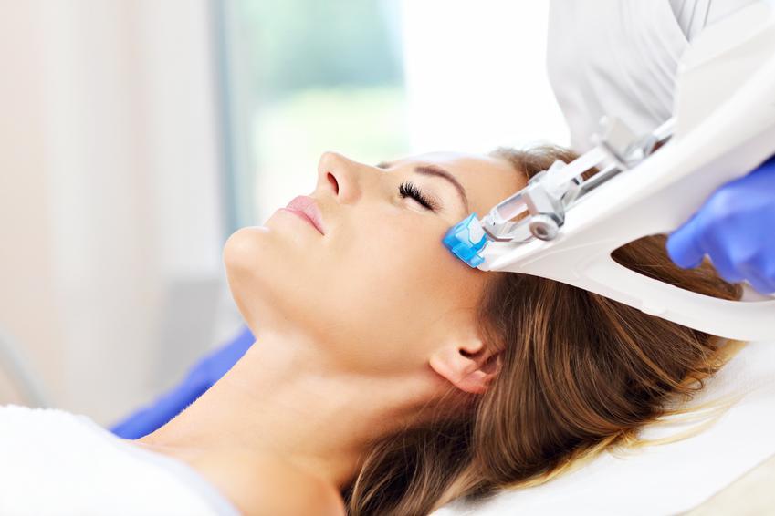 Mezoterapia niekcyjna skóry szyi i dekoltu. Zabieg poprawiajacy napiecie i ukrwienie skóry. Cena za pojedynczy zabieg wykonany w gabinecie medycyny estetycznej z pośredniej półki cenowej.
