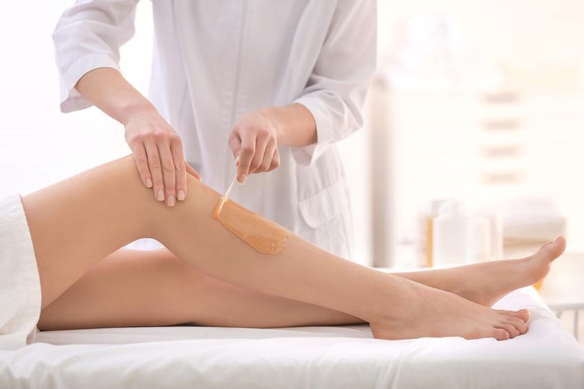 Średni koszt wykonania tradycyjnej depilacji woskiem. Cena obejmuje depilacje nóg. Stawka gabinetu z pośredniej półki cenowej.