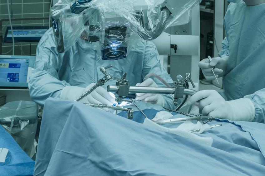 Średni koszt prywatnej wizyty u neurochirurga. Lekarz z tytułem doktorskim, cena jednokrotnej konsultacji bez dodatkowych badań. Cennik usług medycznych zwolniony z podatku VAT.
