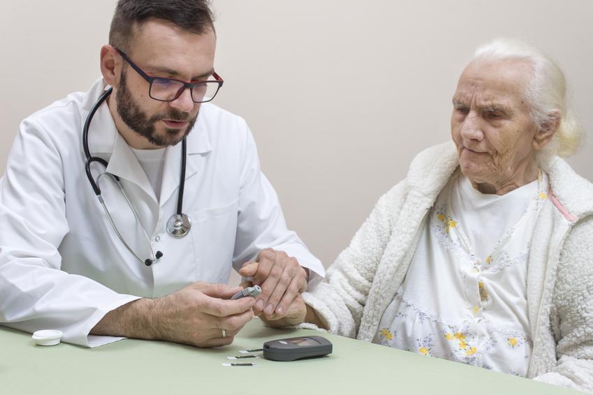 Średni koszt prywatnej wizyty u diabetologa. Lekarz z tytułem doktorskim, cena jednokrotnej konsultacji bez dodatkowych badań. Cennik usług medycznych zwolniony z podatku VAT.