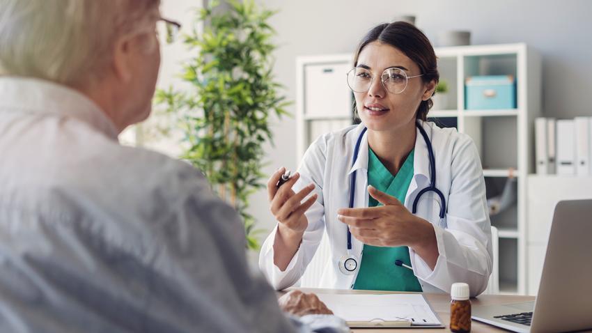 Średni koszt prywatnej wizyty u chirurga naczyniowego. Lekarz z tytułem doktorskim, cena jednokrotnej konsultacji bez dodatkowych badań. Cennik usług medycznych zwolniony z podatku VAT.