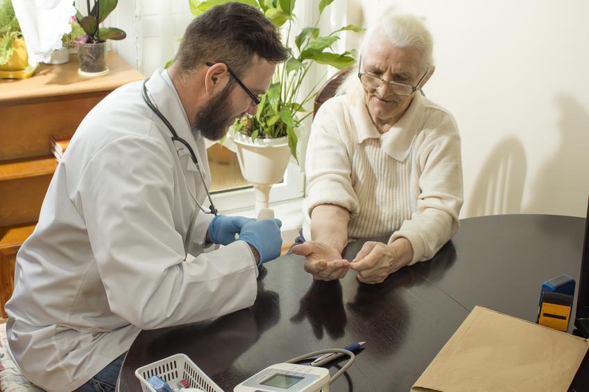 Średni koszt prywatnej wizyty domowej lekarza rodzinnego. Lekarz z tytułem doktorskim, cena jednorazowej wizyty lekarskiej. Cennik usług medycznych zwolniony z podatku VAT