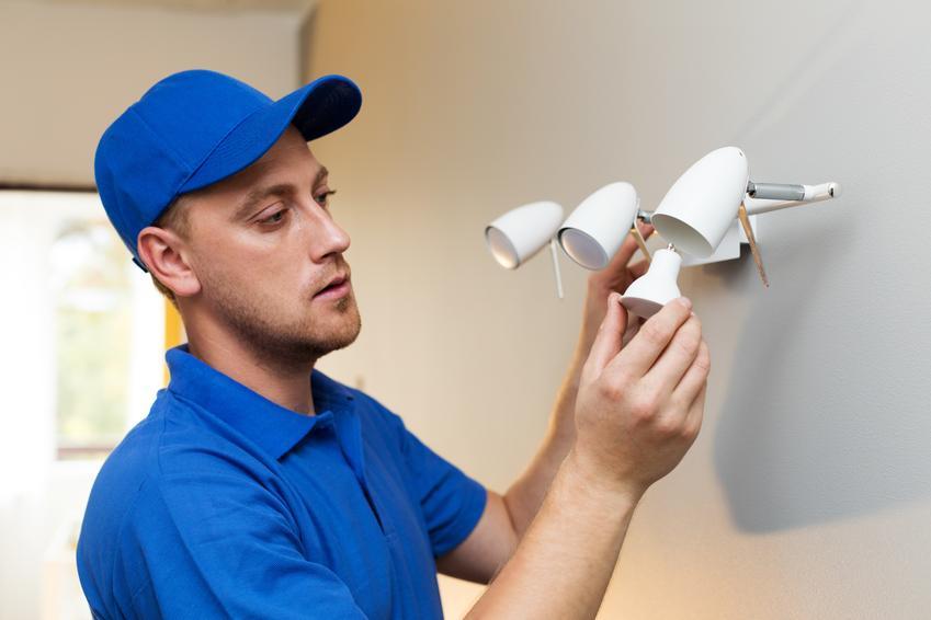 Montaż punktu oświetleniowego we wnętrzu budynku. Normalny stopień skomplikowania prac, brak konieczności wykonywania czasochłonnych przeróbek w instalacji elektrycznej.