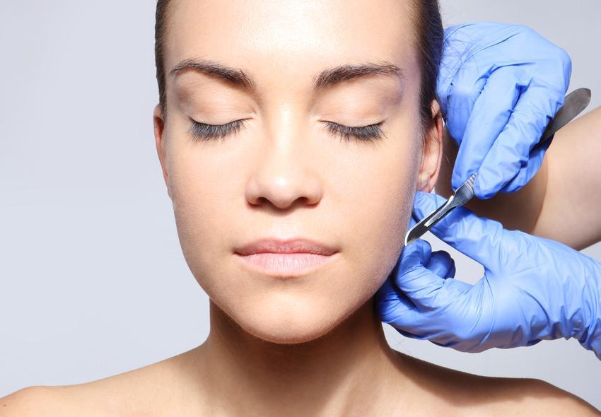 Średni koszt oprecji plastycznej uszu. Cena obejmuje dwie małżowiny uszne. Normalny stopień skomplikowania zabiegu, placówka medycyny estetycznej z pośredniej półki cenowej.