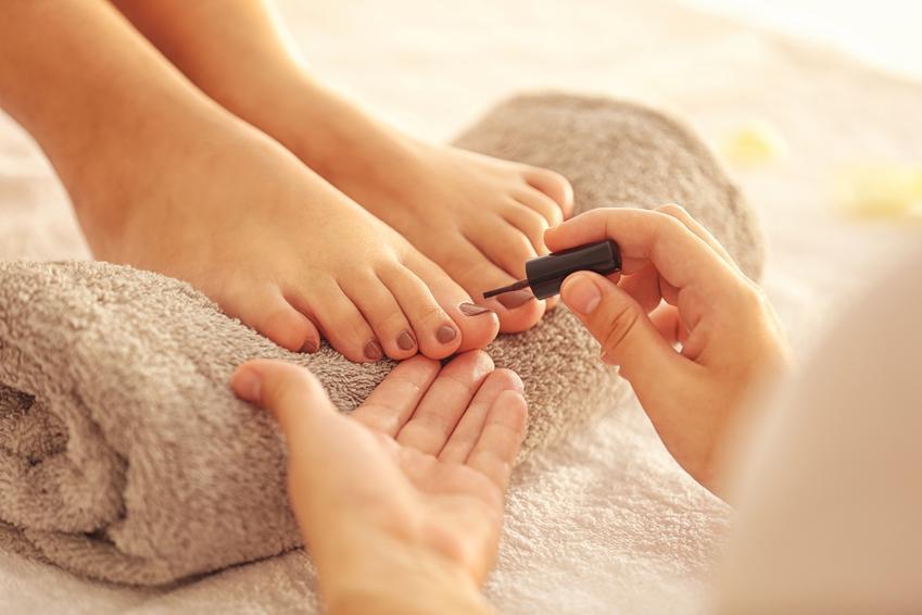Średni koszt wykonania pedicure paznokci. Cena nie obejmuje malowania. Gabinet kosmetyczny z pośredniej półki cenowej.