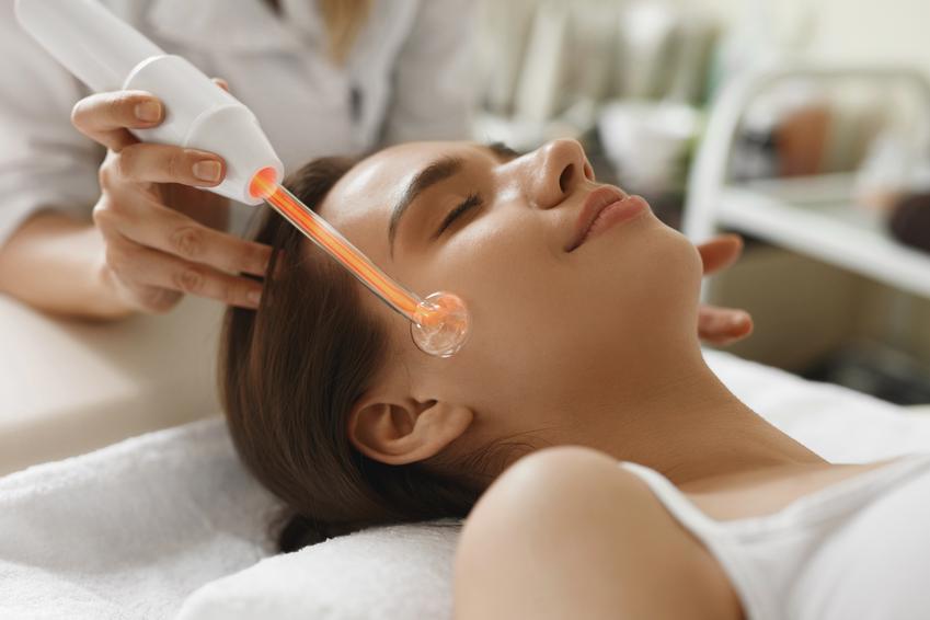 Średni koszt wykonania zabiegu oczyszczającego na twarz wraz z darsonvalem. Gabinet kosmetyczny z pośredniej półki cenowej.