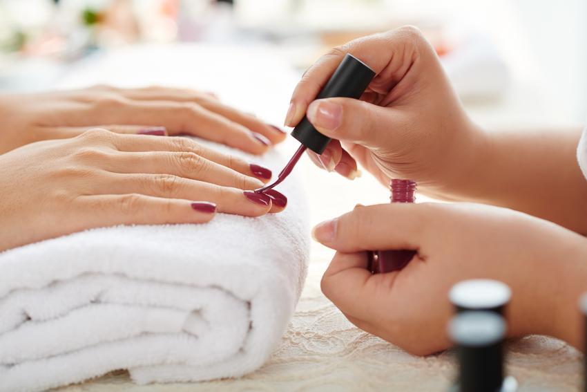 Średni koszt malowania paznokci lakierem. Gabinet kosmetyczny z pośredniej półki cenowej.