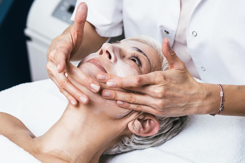 Średni koszt wykonania pełnego peelingu chemicznego kwasem migdałowym. Zabieg na twarz, normalny stopień skomplikowania usługi. Gabinet kosmetyczny z pośredniej półki cenowej.