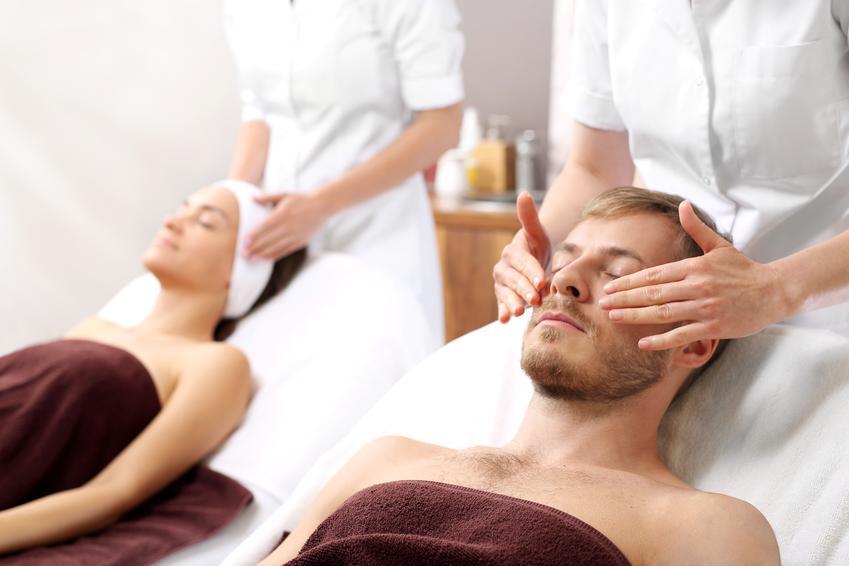 Średni koszt wykonania peelingu kawitacyjnego na twarz. Normalny stopień skomplikowania usługi. Gabinet kosmetyczny z pośredniej półki cenowej.