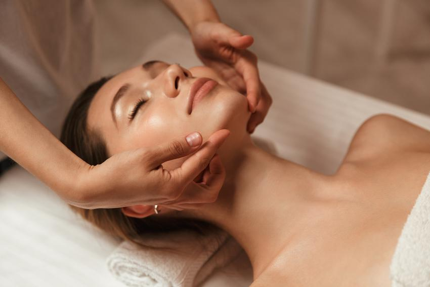 Średni koszt wykonania masażu twarzy oraz nałożenia maseczki regenerującej. Normalny stopień skomplikowania usługi. Gabinet kosmetyczny z pośredniej półki cenowej.