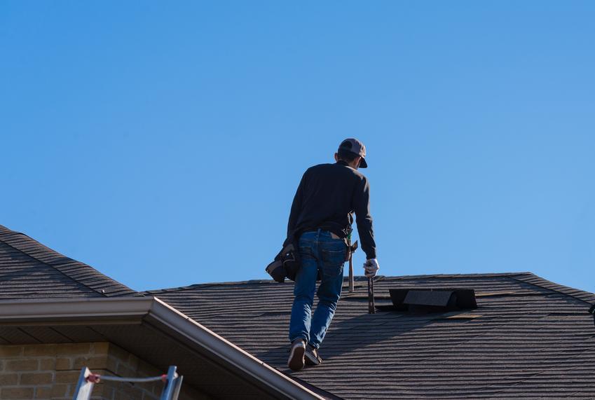 Demontaż starego pokrycia dachowego z papy. Usługa wykonana na połaci jedno lub dwuspadowej. Niewielki stopień skomplikowania prac.