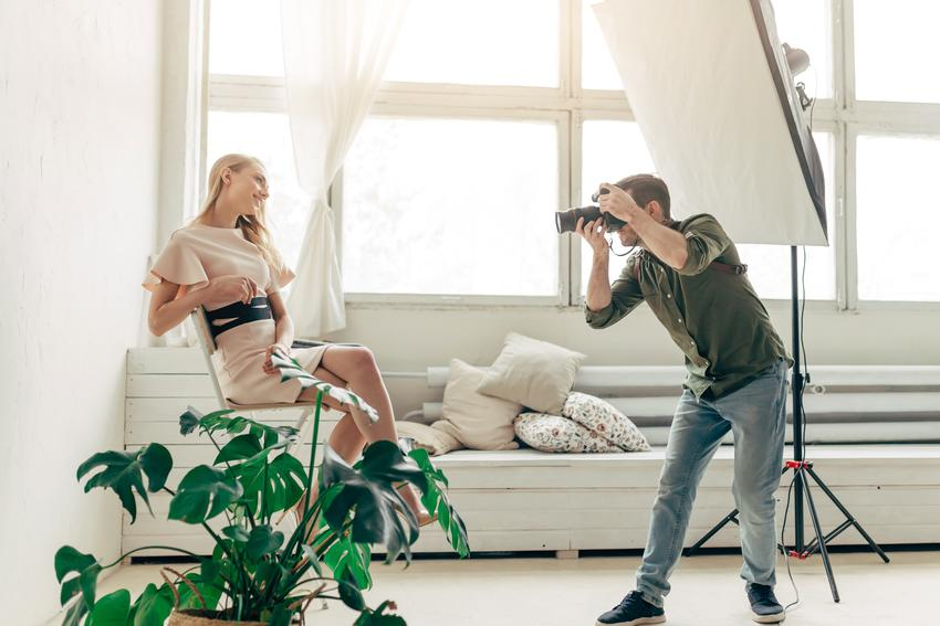 Średni koszt wykonania modowej sesji zdjęciowej. Stawka obejmuje jedynie usługę fotograficzną, bez makijażysty lub wizażysty. Stawka pakietu podstawowego.