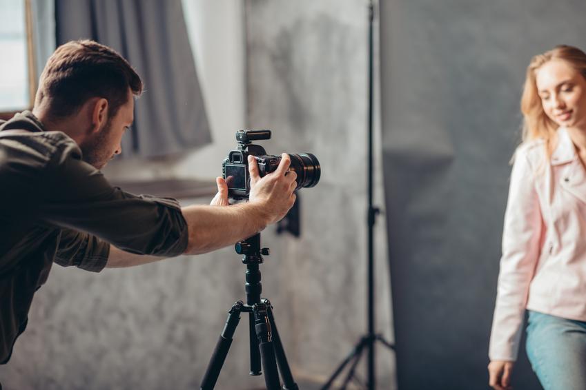 Średni koszt wykonania zdjęć portretowych. Zdjęcia u fotografa, normalny stopień skomplikowania usługi. W cenę wchodzi pełna obróbka graficzna.