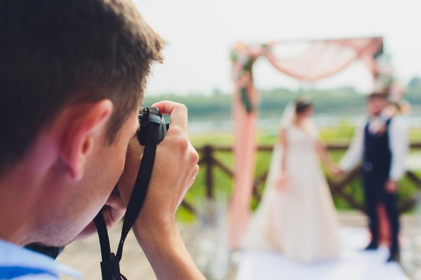 Średni koszt wykonania reportażu ślubnego w pakiecie minimalnym. Reportaż z uroczystości i przyjęcia weselnego. Sesja plenerowa wykonana w dniu zaślubin.