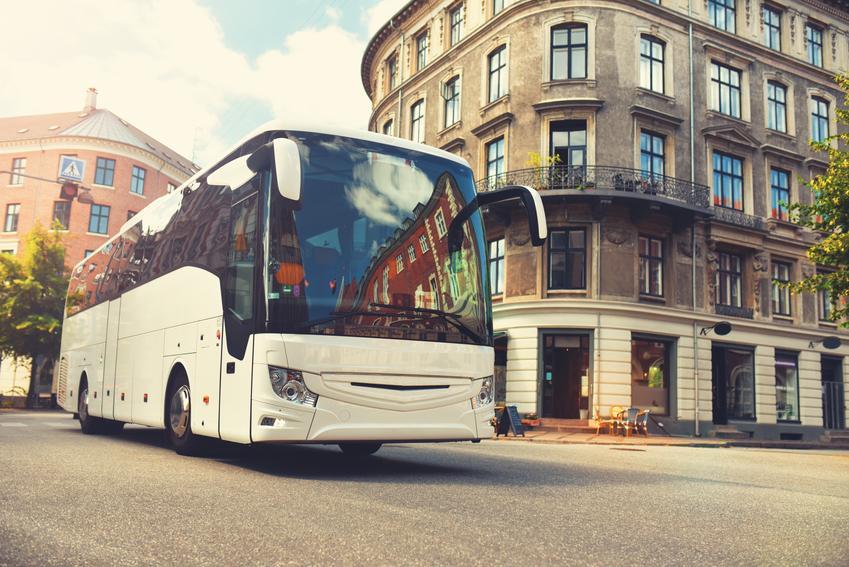 Średnia stawka wynajmu busa z 32 miejscami pasażerskimi plus kierowca. Stawka całodniowego przewozu przy maksymalnym limicie 300 kg. Czas jazdy kierowcy do 8 godzin.